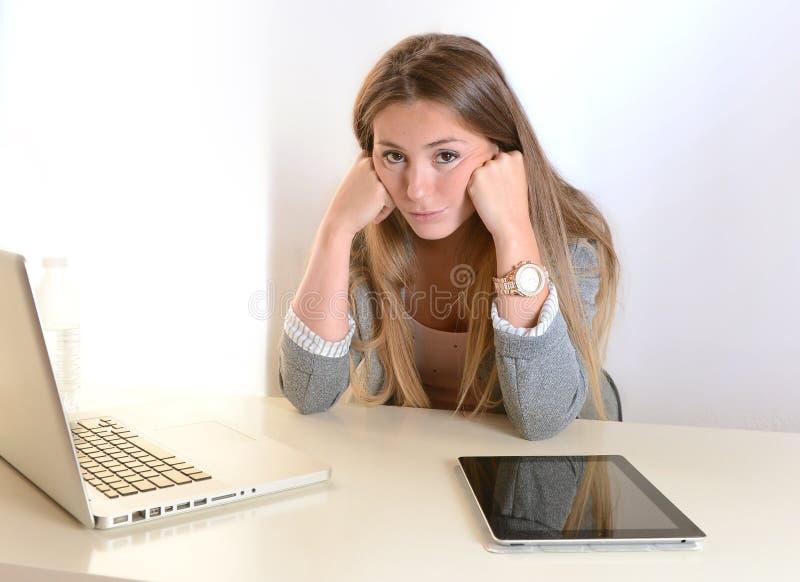 Jeune sondage de femme d'affaires au travail images libres de droits