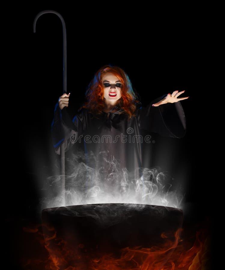 Jeune sorcière avec le chaudron photos libres de droits