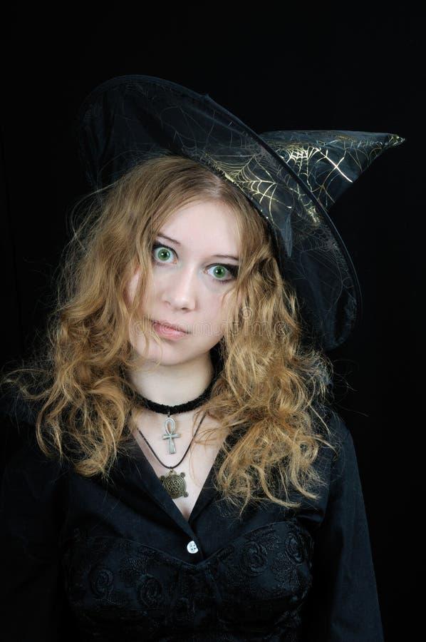 Jeune sorcière mignonne de veille de la toussaint photos stock