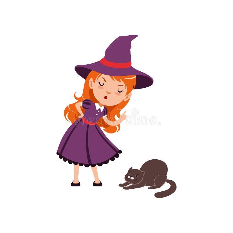 Jeune sorcière rousse fâchée de fille utilisant la robe et le chapeau pourpres Le caractère de sourire d'enfant dans le costume g illustration de vecteur