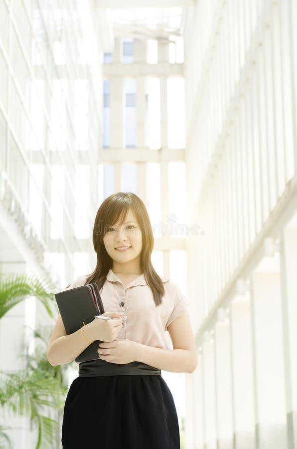 Jeune sourire asiatique de cadre supérieur féminin photographie stock libre de droits