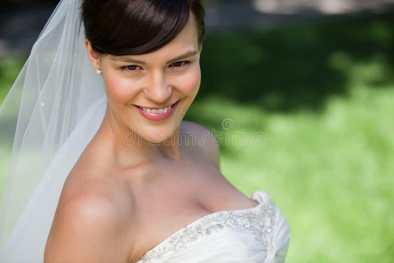 Jeune sourire attrayant de jeune mariée photos libres de droits