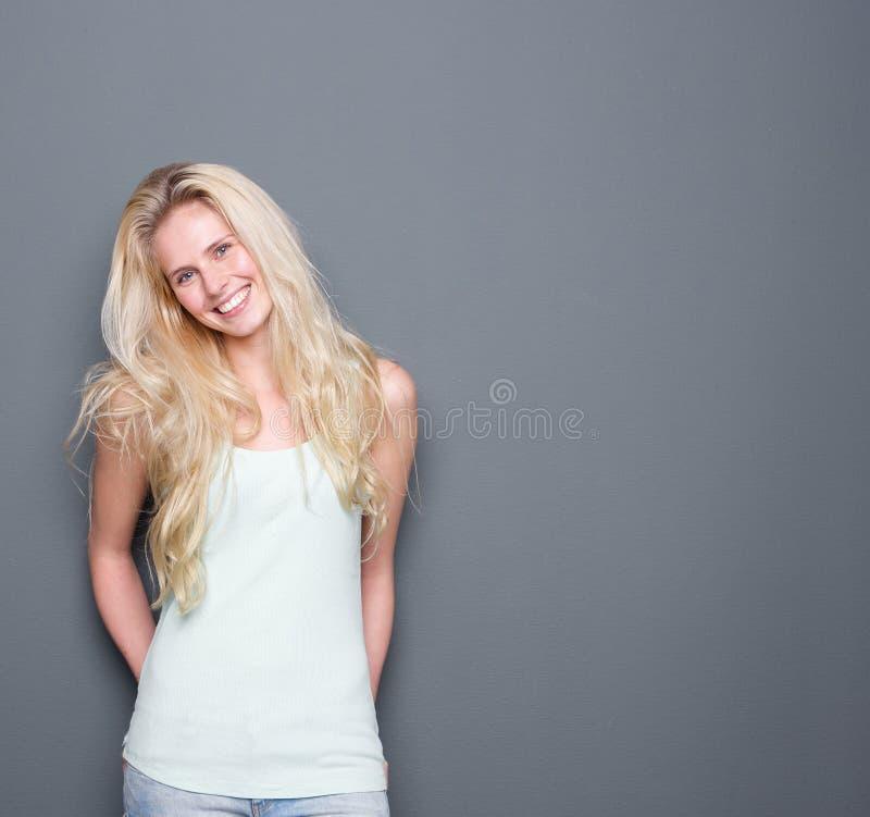 Jeune sourire blond attrayant de femme image libre de droits