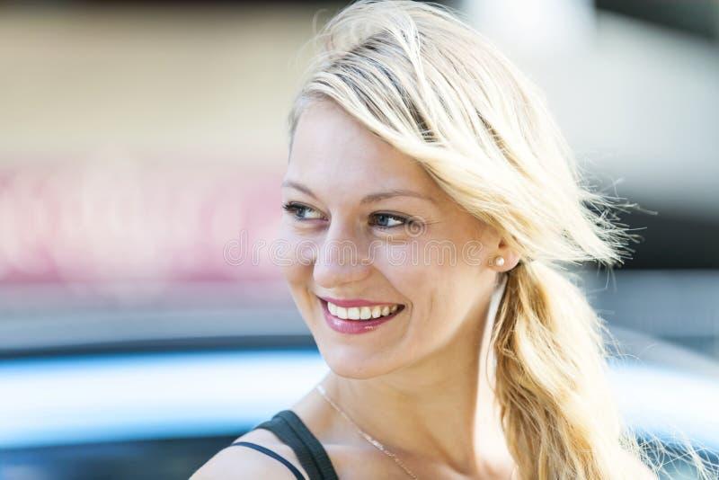 Jeune sourire blond de femme images libres de droits