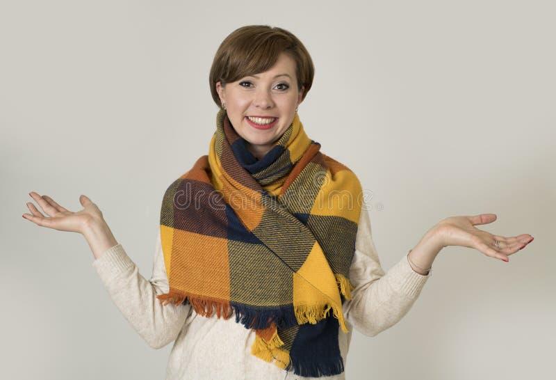 Jeune sourire coloré de beaux et élégants chandail de femme des cheveux 30s et écharpe rouges d'automne heureux photos libres de droits