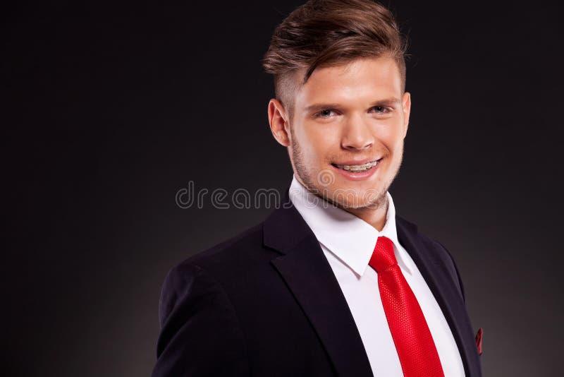 Jeune sourire d'homme d'affaires photos libres de droits