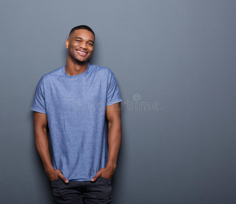 Jeune sourire d'homme d'afro-américain photo libre de droits