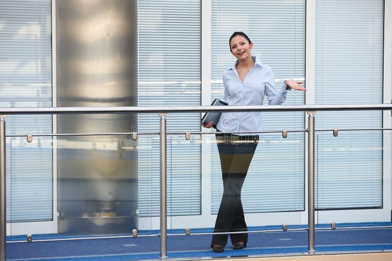 Jeune sourire de bureau de femme d'affaires image libre de droits