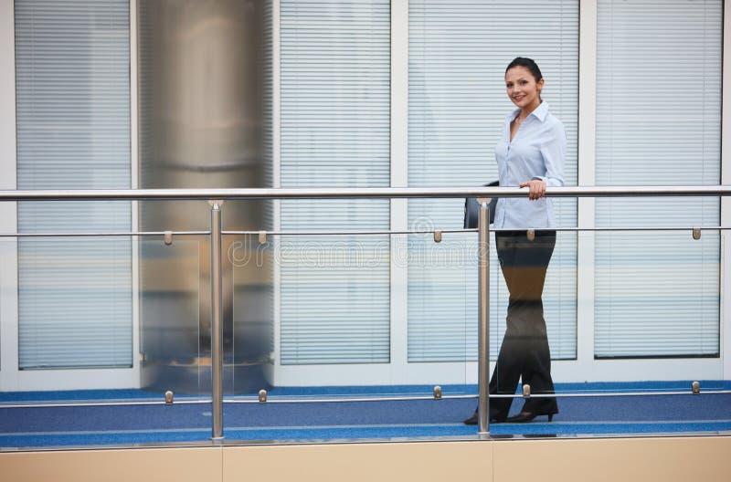Jeune sourire de bureau de femme d'affaires images libres de droits