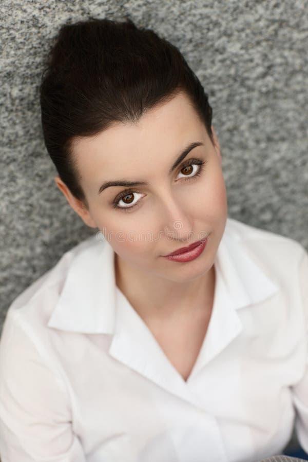 Jeune sourire de bureau de femme d'affaires photo stock