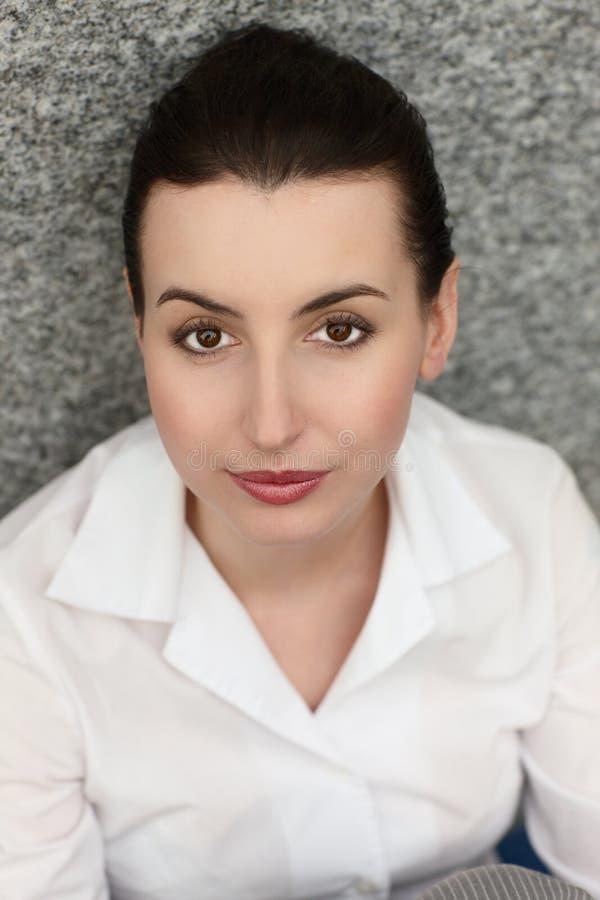 Jeune sourire de bureau de femme d'affaires photographie stock libre de droits