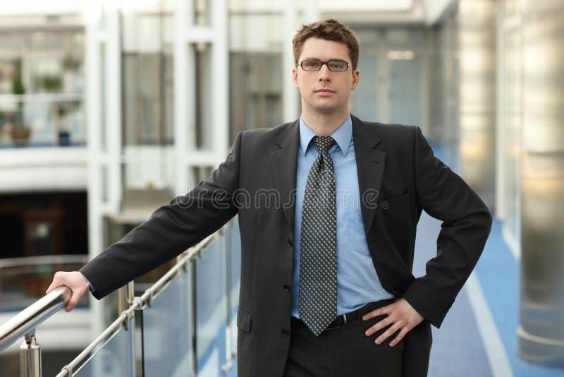 Jeune sourire de businessmanoffice image stock