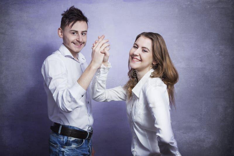 Jeune sourire de couples photos stock