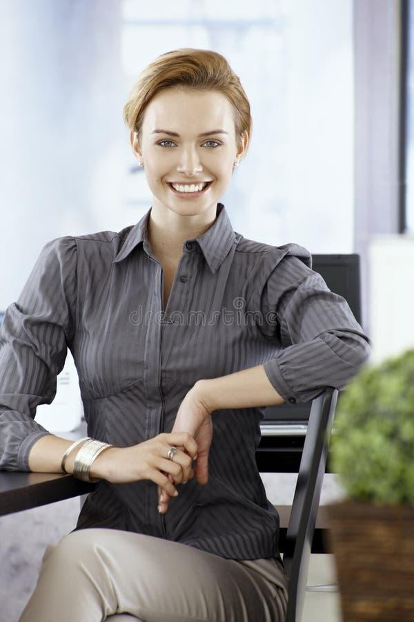 Jeune sourire de femme d'affaires heureux photo stock
