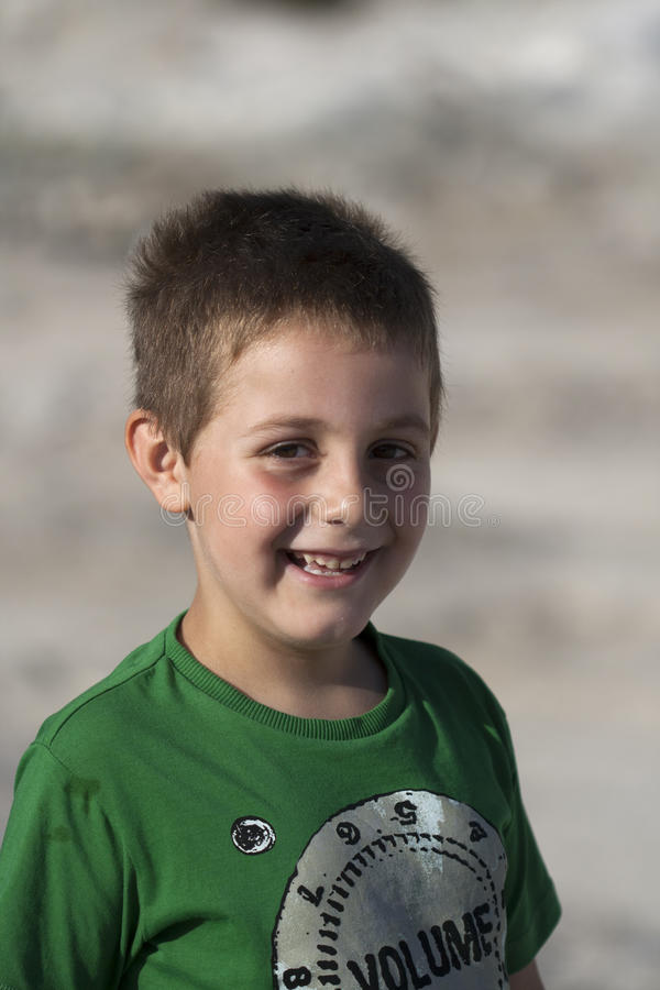 Jeune sourire de garçon photo stock