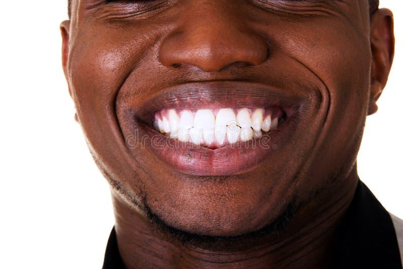 Jeune sourire de mâle. Plan rapproché. photo libre de droits