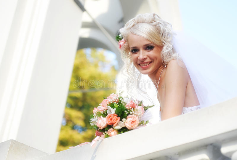 Jeune sourire de mariée photo stock