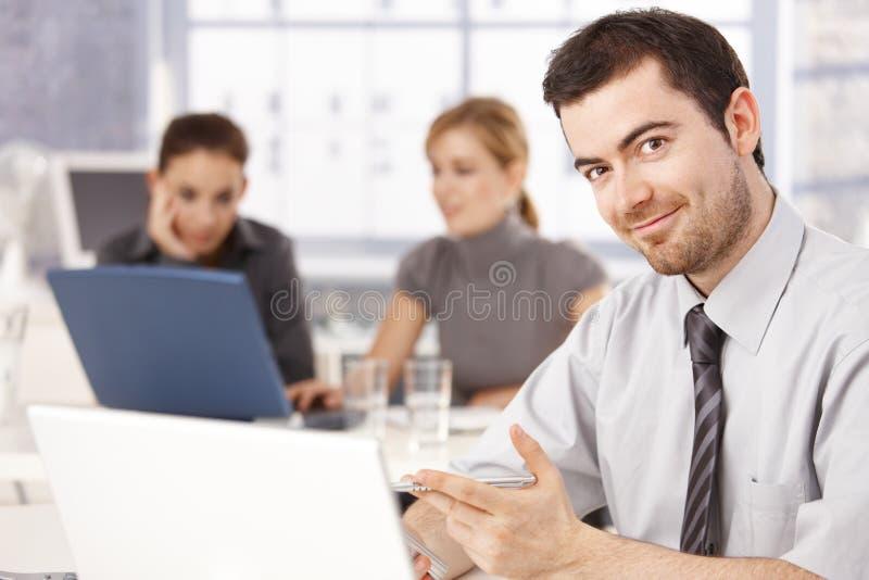 Jeune sourire heureux d'employé de bureau images stock
