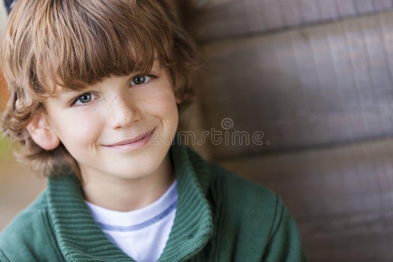 Jeune sourire heureux de garçon photos libres de droits