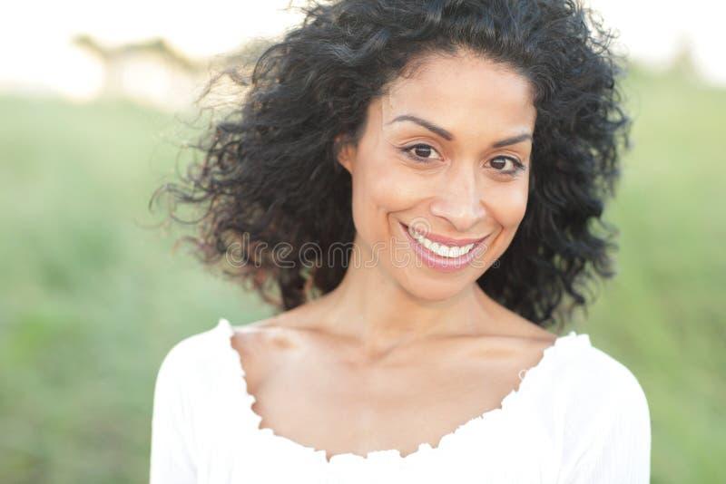 Jeune sourire hispanique de femme photo stock