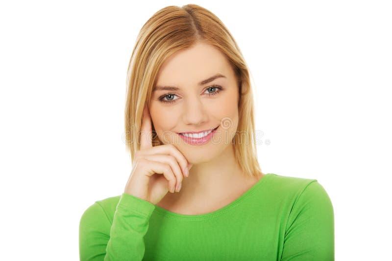 Jeune sourire occasionnel de femme photographie stock