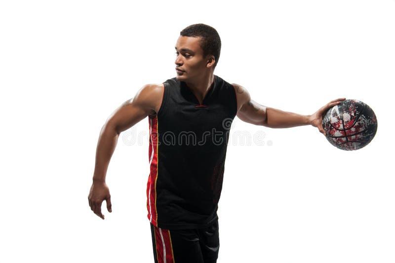 Jeune sportif africain jouant le basket-ball image libre de droits