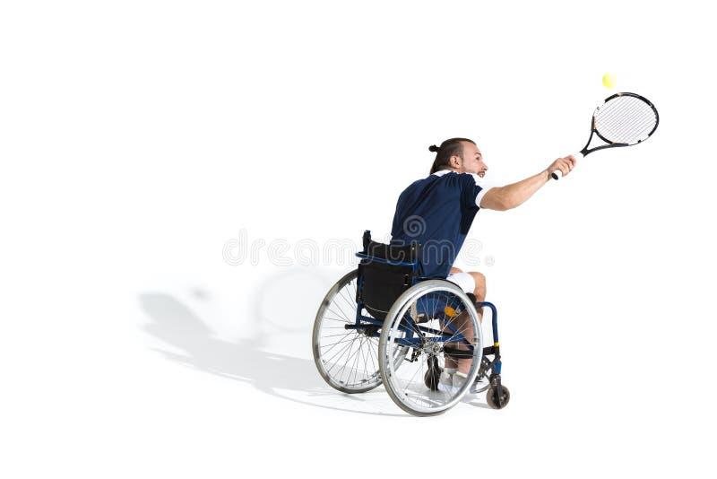 Jeune sportif handicapé dans le fauteuil roulant jouant le tennis images libres de droits