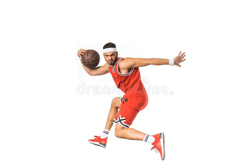 jeune sportif jouant avec la boule de basket-ball photo libre de droits