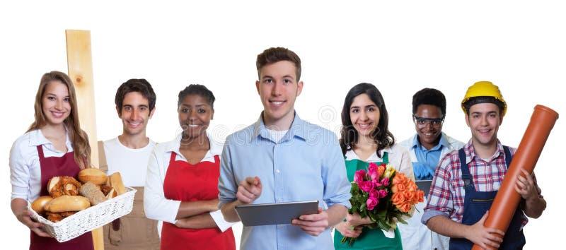 Jeune stagiaire masculin d'affaires avec le groupe d'apprentis images libres de droits