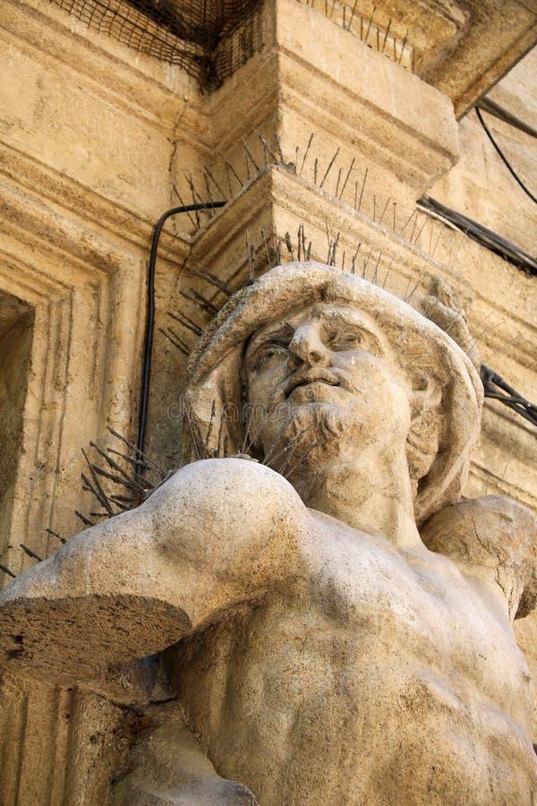 Jeune statue de garçon avec la larme blanche photos libres de droits