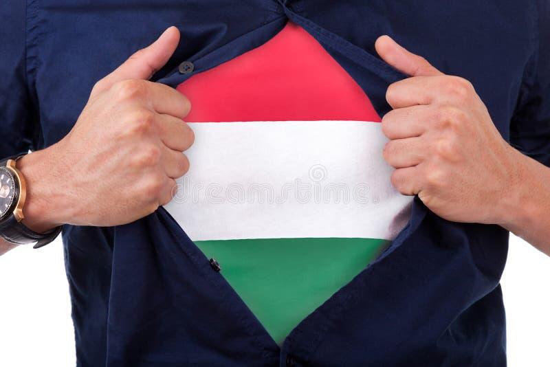 Jeune supporter ouvrant sa chemise et montrant au drapeau son compte image libre de droits