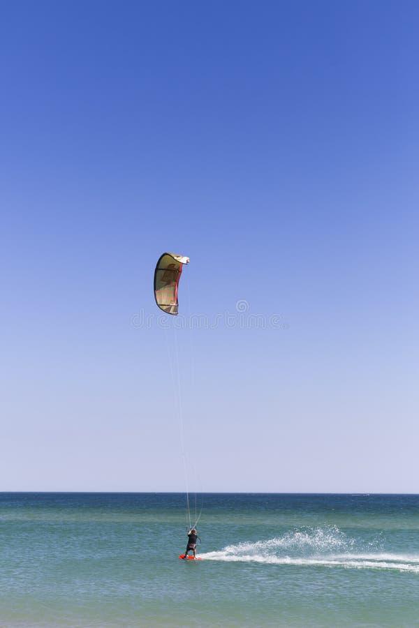 jeune surfer de cerf-volant dans les vagues ?claboussure ?t? vacances Vacances sports lifestyle portugal photographie stock libre de droits