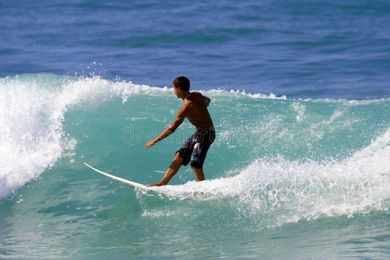 Jeune surfer surfant image libre de droits