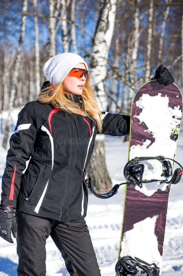 Jeune surfeur de femme adulte tenant le panneau de neige images stock