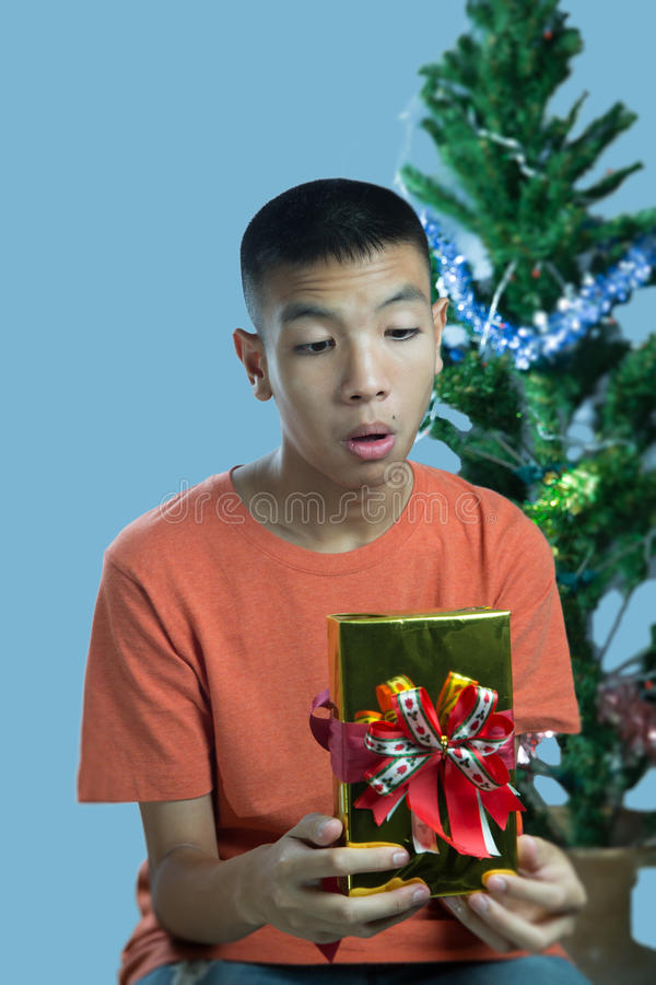 Jeune surprise asiatique d'adolescent pour obtenir un cadeau photographie stock libre de droits