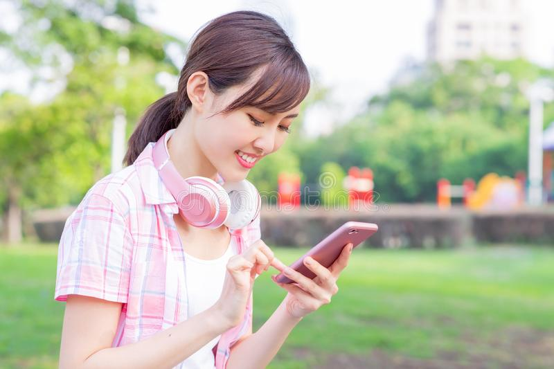 Jeune téléphone asiatique d'utilisation de femme images stock