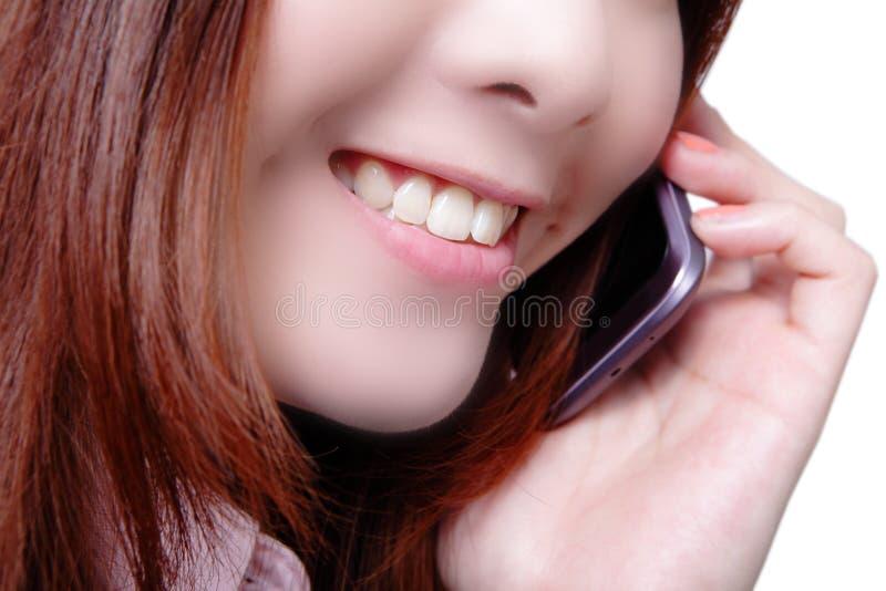 Jeune téléphone portable parlant heureux de femme d'affaires images libres de droits