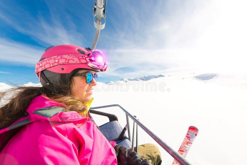 Jeune télésiège sportif de skieur de fille à la station de sports d'hiver photographie stock libre de droits