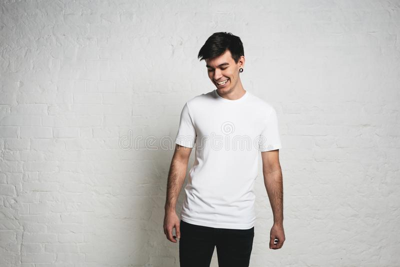 Jeune T-shirt vide blanc de port de sourire beau d'homme, horizont photo libre de droits