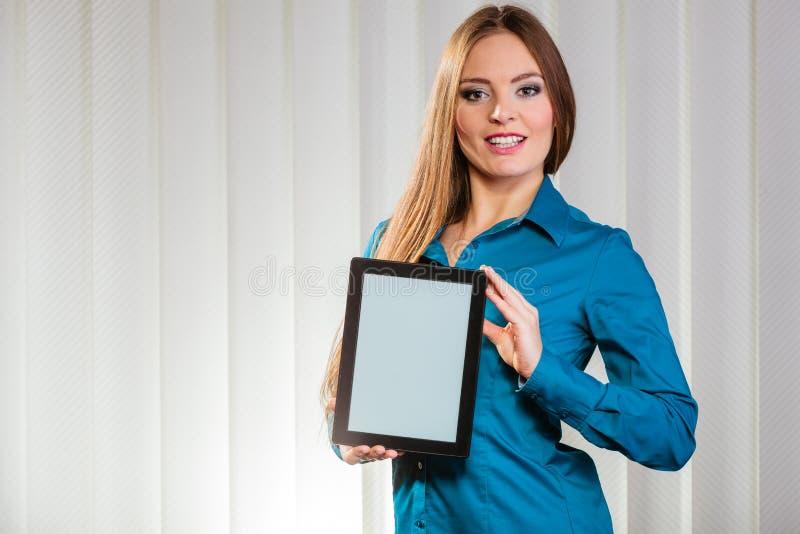 Jeune tablette de prise d'employé de bureau photos stock