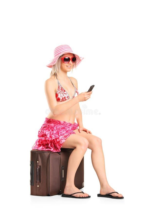 Jeune taper de touristes de femme sms images stock