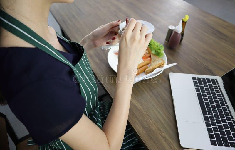 Jeune tasse asiatique de prise de femme de caf? noir photos libres de droits