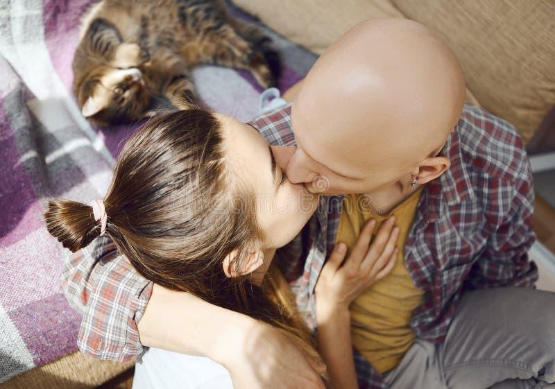 Jeune temps amoureux tendre de dépense de couples ensemble à la maison, se reposant sur le plancher dans la chambre à coucher, ét images libres de droits