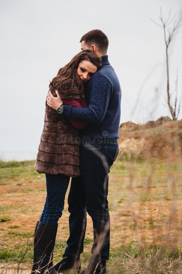 Jeune temps attrayant romantique de dépense de couples ensemble dehors images stock