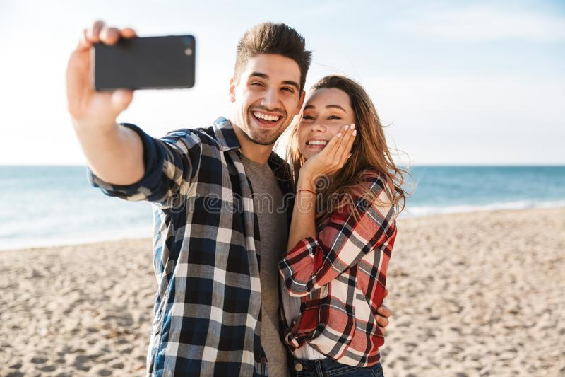 Jeune temps heureux d'amusement de dépense de couples photographie stock