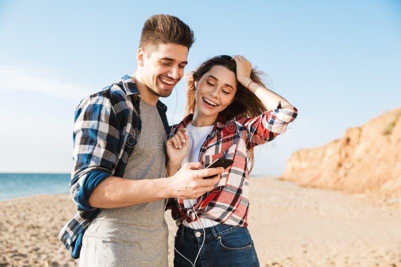 Jeune temps heureux d'amusement de dépense de couples photo libre de droits