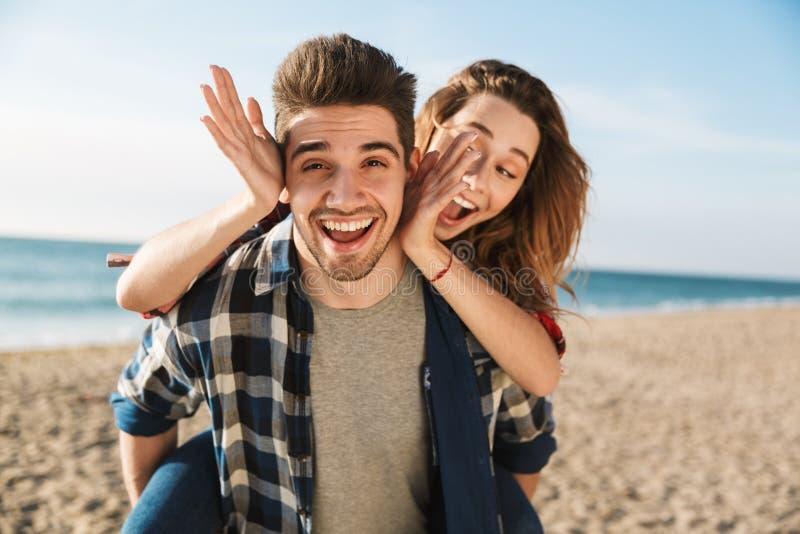 Jeune temps heureux d'amusement de dépense de couples image stock