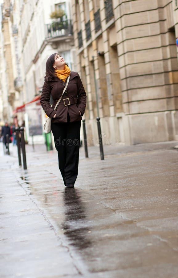 Jeune touriste à Paris photographie stock libre de droits