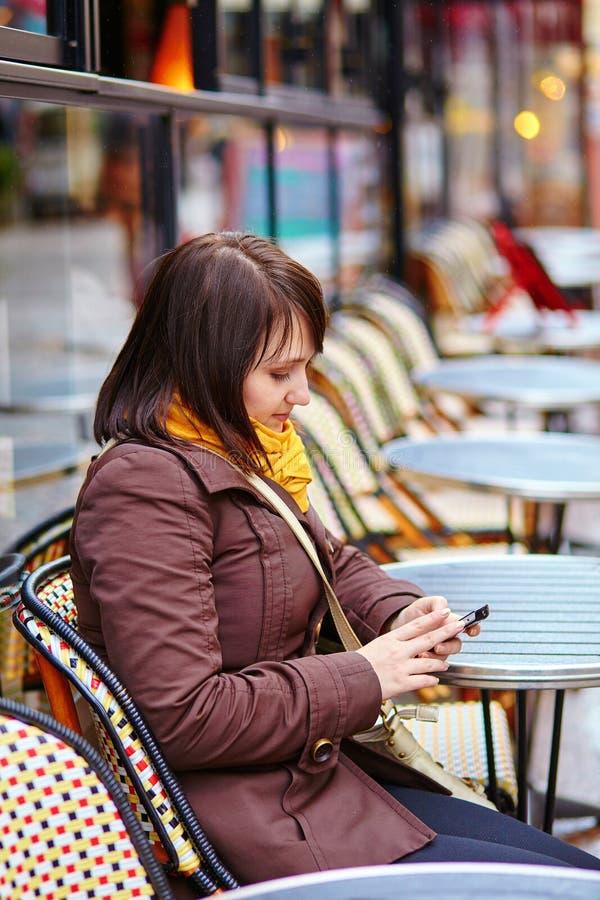 Jeune touriste à Paris envoyant des sms image stock