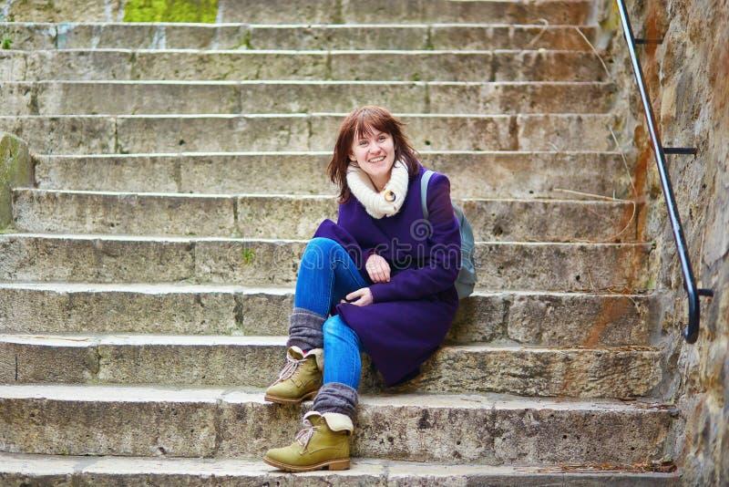 Jeune touriste à Paris, se reposant sur les escaliers sur Montmartre image libre de droits